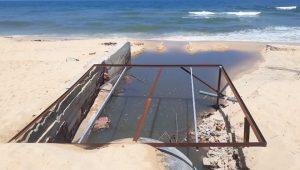 Nước thải từ các miệng cống đổ trực tiếp ra biển.